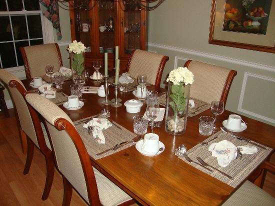 Almar House B&B: Beautifully set dining room table for our gourmet breakfast!