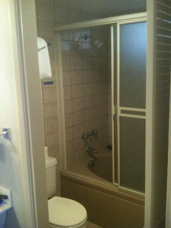 Laguna Riviera Beach Resort: Bath/Shower (Room 301)