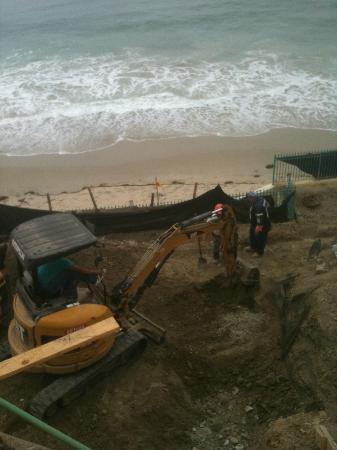 Laguna Riviera Beach Resort: Construction (What used to be a walkway to the beach)