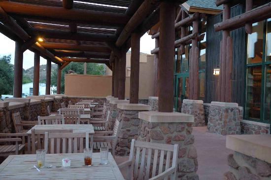 Quartz Mountain Resort Arts & Conference Center: Outdoor dining with a view