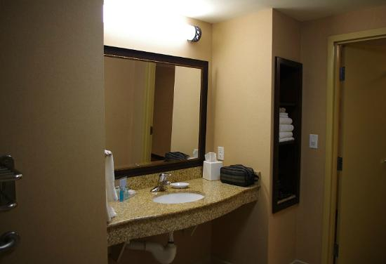 Hampton Inn Sudbury: Bath counter