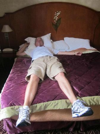 Hotel Muguet: My husband is 6'7 and the bed (almost) fit!