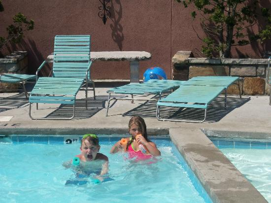 Carr's Northside Cottages & Motel : the pool area at carrs. kiddie pool on right