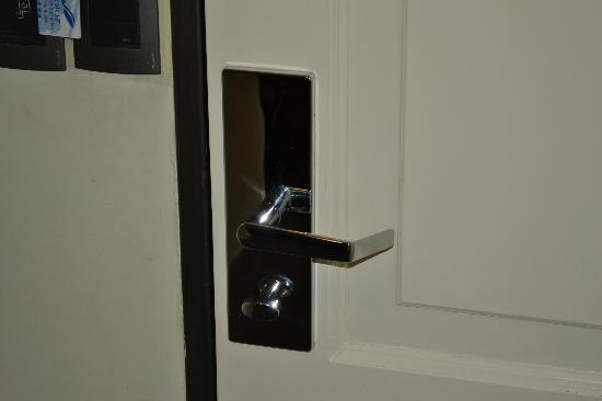 Solaz de los Andes - Apart & Suites: por mas que trabes la puerta de afuera se abre igual con la tarjeta osea al pedo la traba