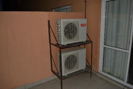 Solaz de los Andes - Apart & Suites: en el patio los aires acondicionados de dos habitaciones haciendo ruido a todo momento