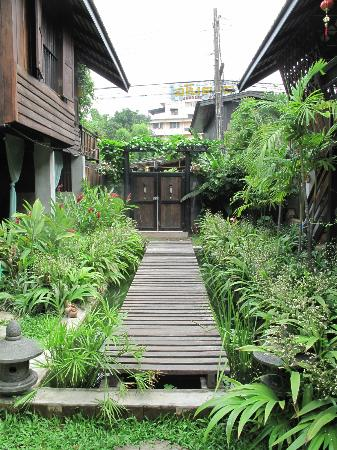 Chiang Mai Summer Resort: to the main entrance