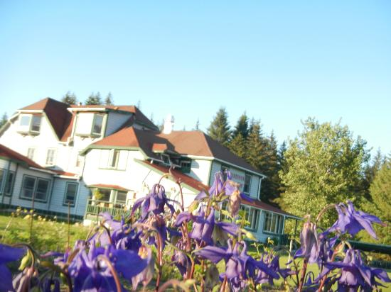 Gustavus Inn at Glacier Bay: flowers in the garden w/ inn in the background