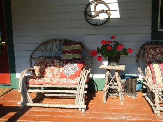 Gustavus Inn at Glacier Bay: the sun porch beside the entry