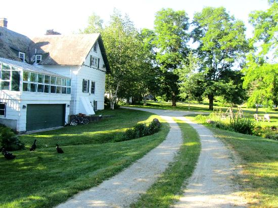 Taraden Bed and Breakfast: Main house on left