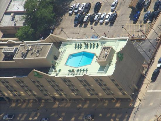 Holiday Inn Chicago Downtown : Close up of hotel from Skydeck