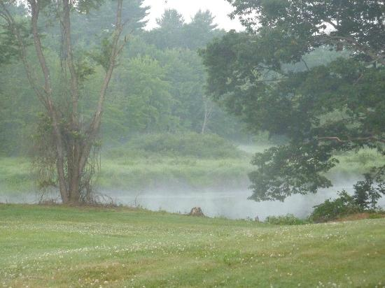 Copper Lantern Motor Lodge: view of the mist on the river behind the lodge early in the morning