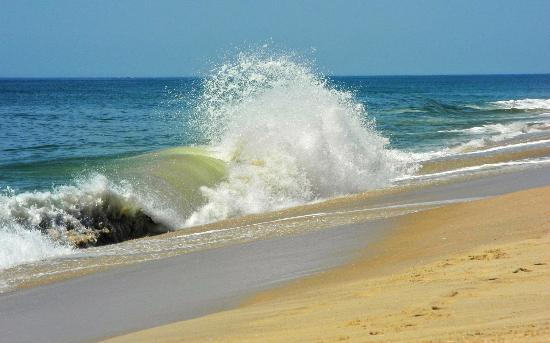 Southampton, NY: Lots of waves at cooper beach