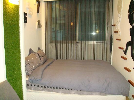 Laurel Villa: Black room bed