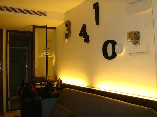 Laurel Villa: Black room decoration