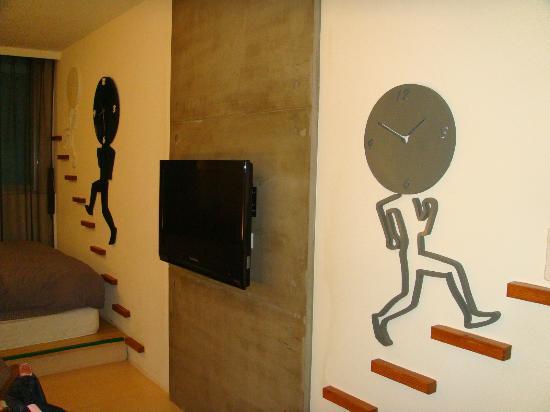 Laurel Villa: Black room decoration & TV