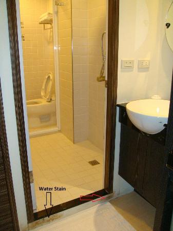 Laurel Villa: Black Room Bathroom & toilet