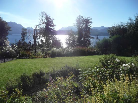 Hosteria Le Lac: jardin con vista al lago