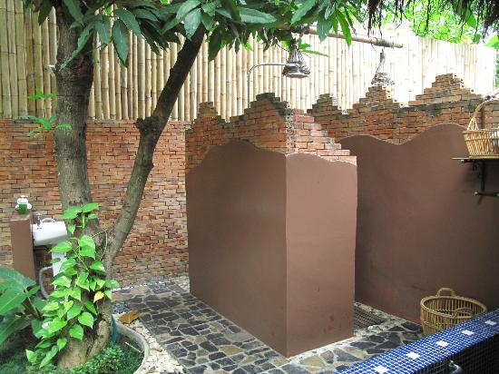 Oasis Spa Chiang Mai: shower and wc