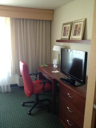 Courtyard by Marriott Chico: Desk & office space