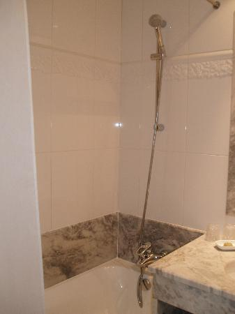 Hotel le Lavoisier: Shower over bath