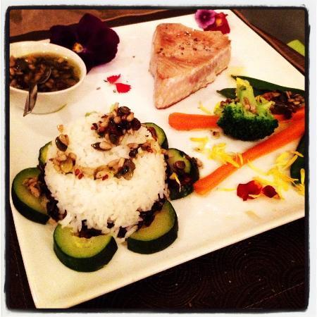 La Taille de Guêpe : pavè di tonno con riso aromatizzato ai fiori e salsina buonissima