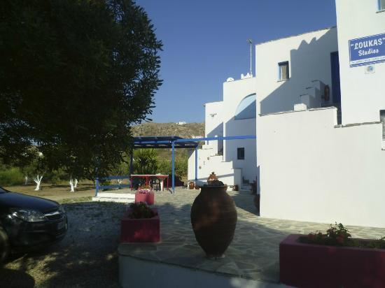 Helios Beach Studios: Rückseite mit Zugang zu den Zimmern