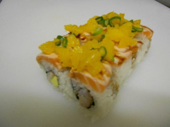 Sushi & Kushi: California I.O. mit flambiertem Lachs umwickelt und Orangen-Salat-Topping