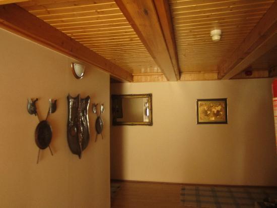 Alabardos Panzio: Hotel corridor
