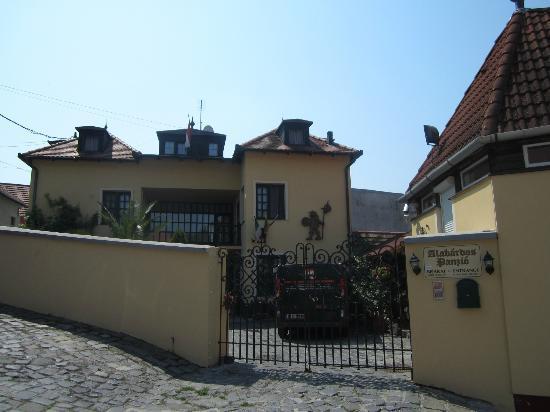 Alabardos Panzio: The exterior