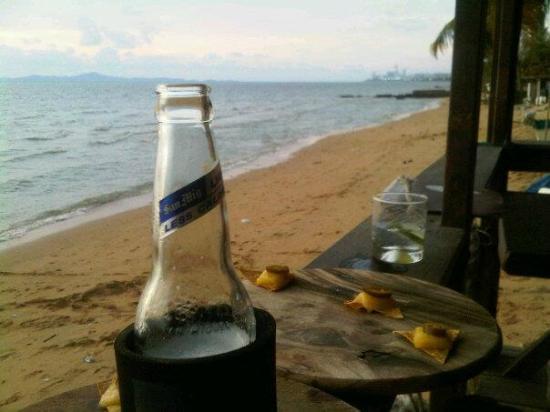 Drifters Beach Cafe: Beer and nachos at Drifter