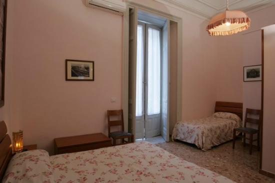 """Picone Bed Breakfast: camera rosa tripla """"piazza duomo"""""""