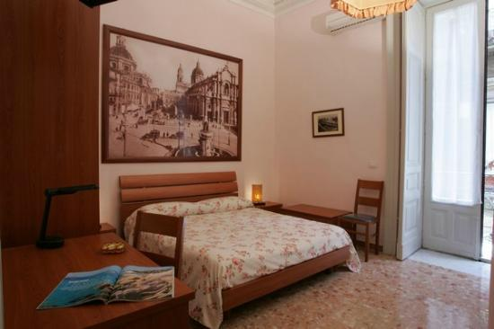 Picone Bed Breakfast: camera rosa  piazza duomo