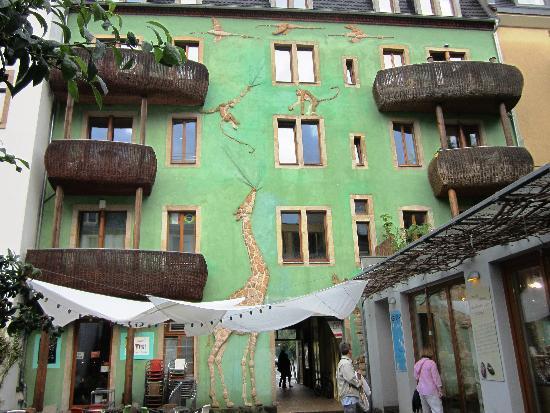 Kunsthofpassage: Giraffe building
