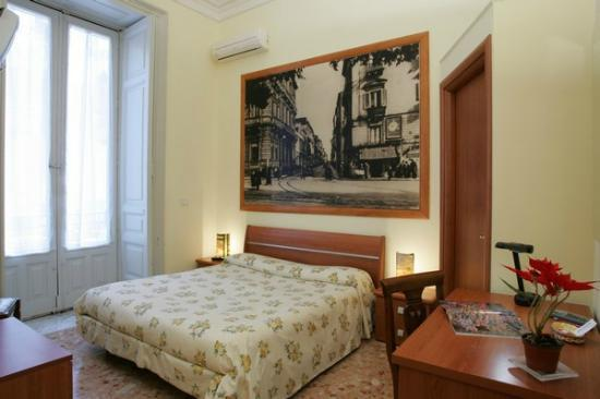 Picone Bed Breakfast: camera gialla  via umberto I