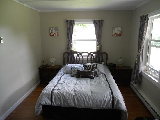 Cavendish Breeze Inn: Bed area