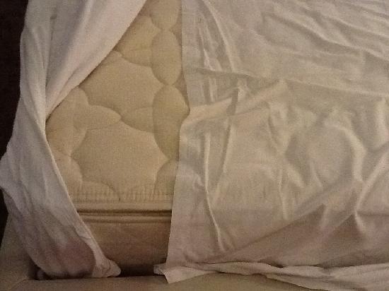The Quay Boutique Hotel: Las sábanas bajeras no cubrían el colchón