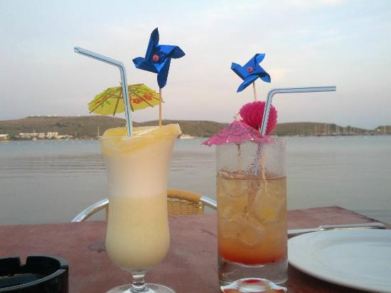 Turihan Hotel: cocktails on the beach at dinner