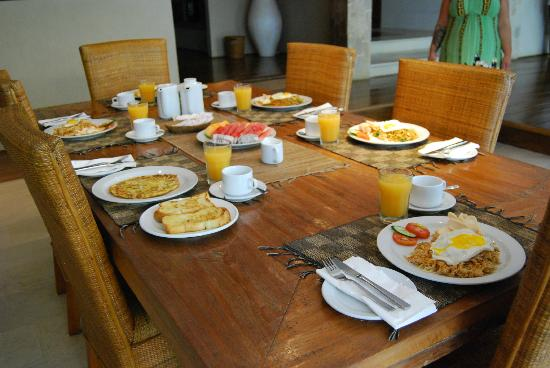 سيينا فيلاز سيمينياك: breakfast (combo of indonesian and american) 