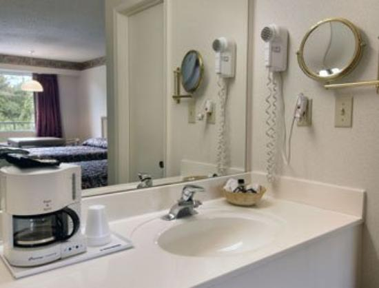 Americas Best Value Inn - Fredericksburg North: Restroom