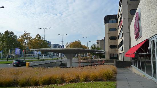 Holiday Inn Eindhoven: спуск в подземный переход рядом с отелем