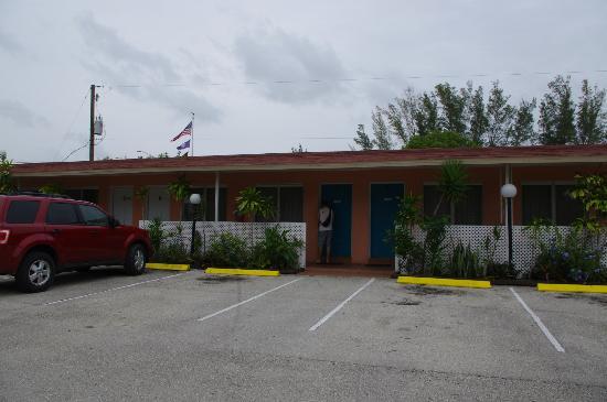Conty's Motel: Vue du parking
