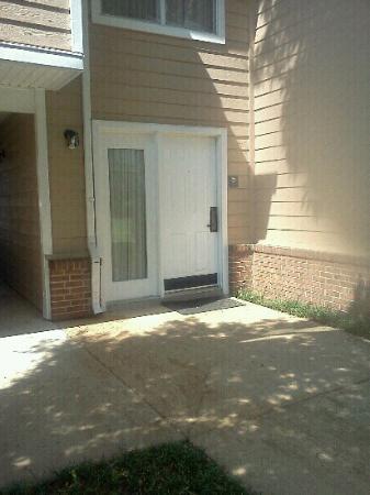 هوموود سويتس ممفيس إيست: Typical bottom floor entrance to room. 