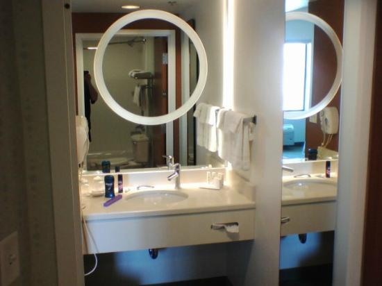 SpringHill Suites Phoenix Tempe/Airport: Vanity with magnifying mirror