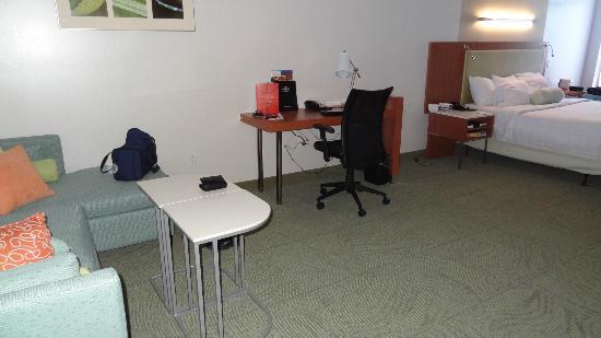 "SpringHill Suites Detroit Metro Airport Romulus : Missing desk like in ""normal"" room"