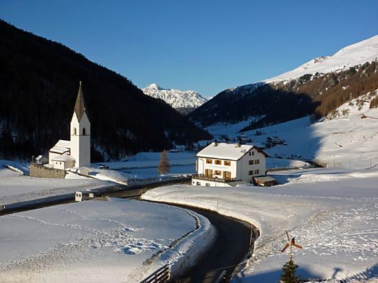 Curon Venosta, Italia: Die Kirche, vom Hotel aus gesehen