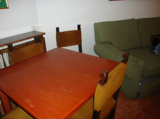 Tamarindos Apartamentos: Table and chairs