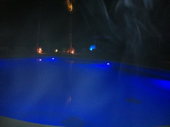 Ocean Breeze Riviera Maya Hotel : pool at night