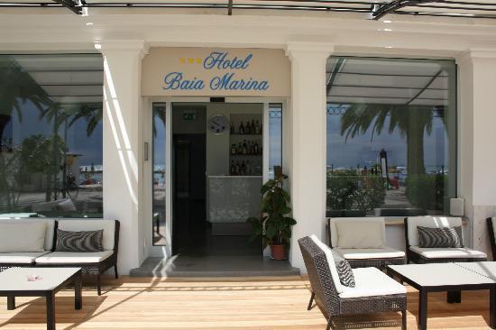 Hotel Baia Marina: Ingresso con divanetti, tavolini e gazebo