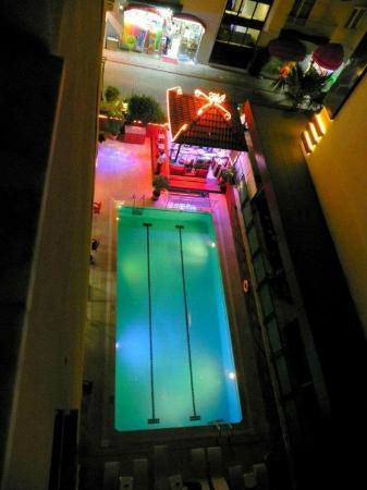 Bilkay Hotel: avondzicht op bar en zwembad