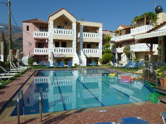 Kokalas Resort Georgioupoli: Pool and one accomodation block